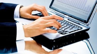 geschaeftsmann-hand-laptop-tastatur (1200x675)